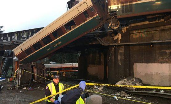 Trem descarrila em viaduto dos EUA; há mortos e feridos