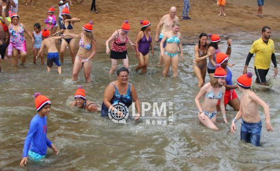 150 pessoas começaram o ano novo mergulhando no rio Suriname