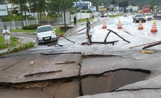 Chuvas causam estragos e mortes em Santa Catarina
