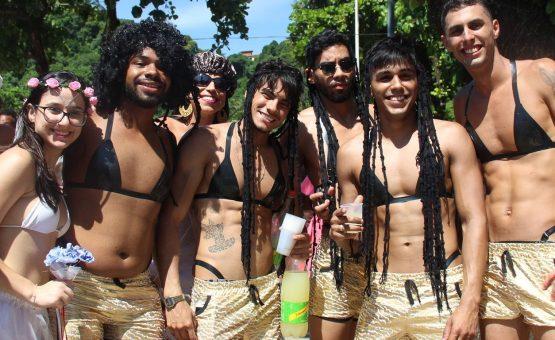 Biquíni de fita isolante vira fantasia para homens e mulheres no carnaval; FOTOS