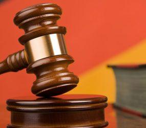 Pai de vítima tenta atacar médico estuprador no tribunal