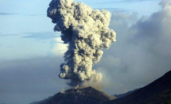 Indonésia emite alertas de aviação após vulcão expelir nuvem de fumaça