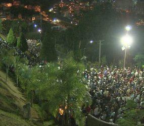 Procissão reúne católicos em Aparecida, SP, para relembrar calvário de Cristo;