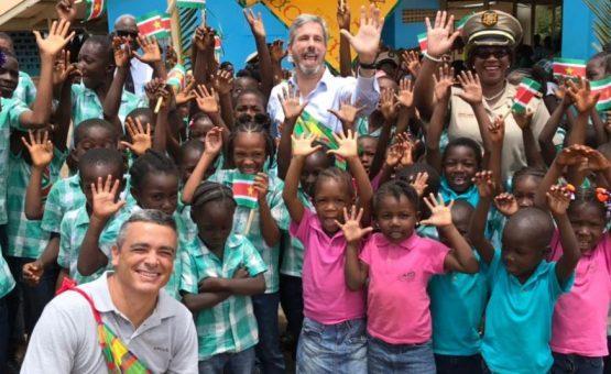 Embaixada Brasileira em Paramaribo faz doação de material escolar para escola em Brokopondo (Veja as fotos)