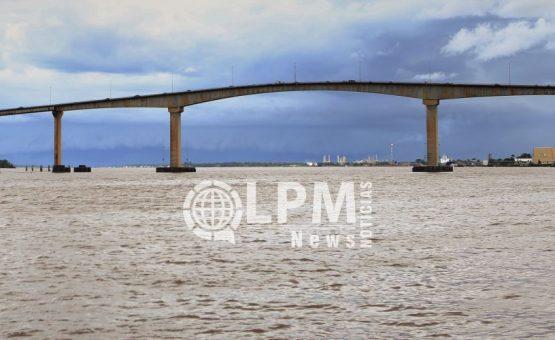 Pai empurra o filho de 7 anos para morte na ponte Jules Wijdenbosch no Suriname