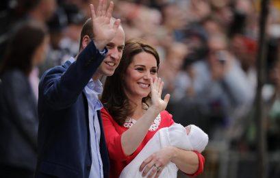 A duquesa de Cambridge Kate Middleton e o príncipe William mostram seu filho recém-nascido à mídia em