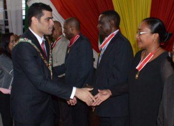 Doadores de sangue foram homenageados pelo vice-presidente Michael Ashwin Adhin em Paramaribo
