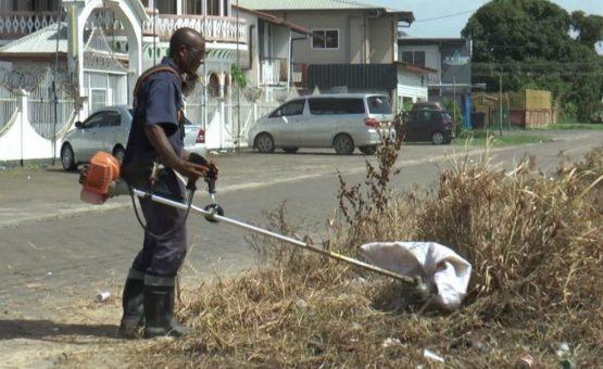 Prefeitura inicia trabalho de limpeza nas ruas de vários bairros de Paramaribo