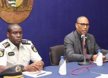Ministro Stuart Getrouw trabalha para que cidadãos voltem a confiar na polícia do Suriname