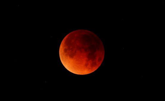 Lua de sangue é vermelha pela mesma razão que faz o céu ser azul; entenda