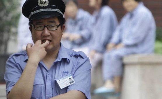 Homem provoca explosão diante da embaixada dos EUA em Pequim