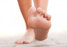 Dor nos pés afeta mais as mulheres, sendo o pico entre 45 e 55 anos