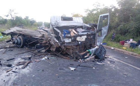 Acidente envolvendo carretas, ônibus e carros deixa mortos e feridos na BR-251, em Francisco Sá; carreta parada pode ter provocado colisões