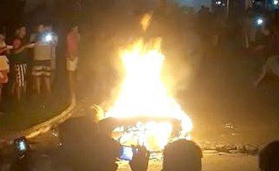 Populares matam e ateiam fogo em suspeito de assassinar adolescente, em frente a quartel da polícia no AM