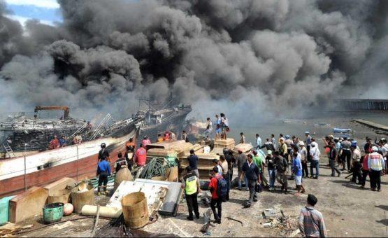 Incêndio destrói 39 barcos de pesca em porto na Indonésia