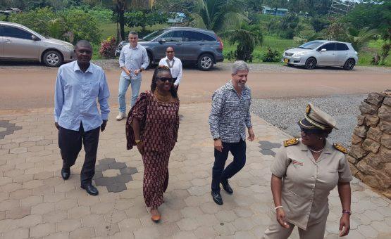 Embaixador Laudemar Aguiar acompanha embaixadora de Gana em visita ao distrito de Brokopondo (Fotos)