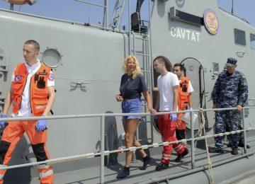 Britânica cai de navio, passa 10 horas no mar e é resgatada com vida