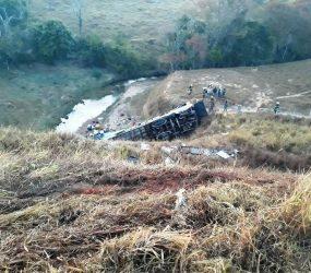 Ônibus capota na BR-146 e deixa mortos e feridos no Alto Paranaíba