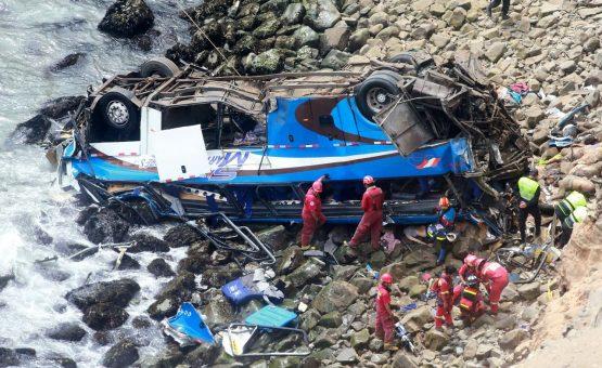 Queda de ônibus em abismo deixa 8 mortos e 40 feridos no Peru