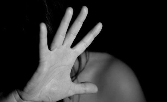 Mulher tenta matar o marido após flagrá-lo na cama com amiga em Mato Grosso