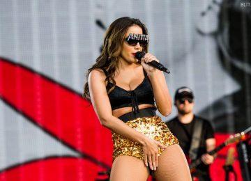 Anitta choca ao posar de topless e exibir bumbum em maiô cavado