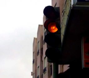 Casal é filmado transando no teto solar de carro em movimentada avenida