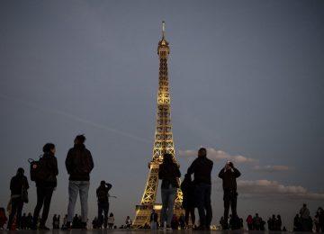 Torre Eiffel brilha em tom dourado em homenagem a Charles Aznavour
