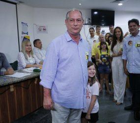 Ciro Gomes vota em Fortaleza ao lado da neta