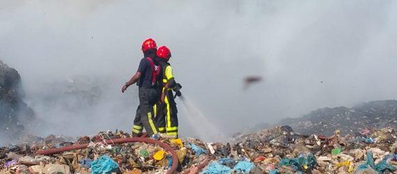 Bombeiros trabalham duro para extinguir incêndio no lixão de Ornamibo no Suriname