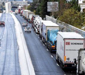 Nevascas fora de época provocam caos em estradas na França