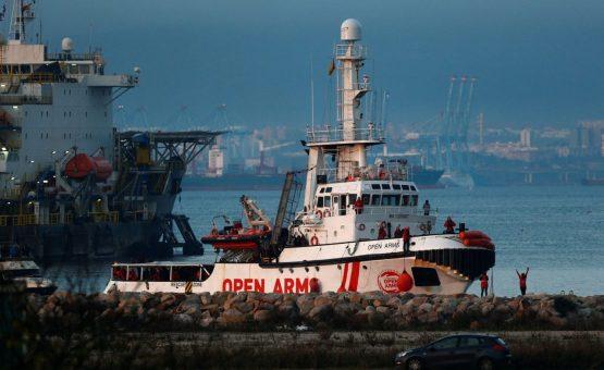 Navio com mais de 300 migrantes resgatados no Mediterrâneo atraca no sul da Espanha