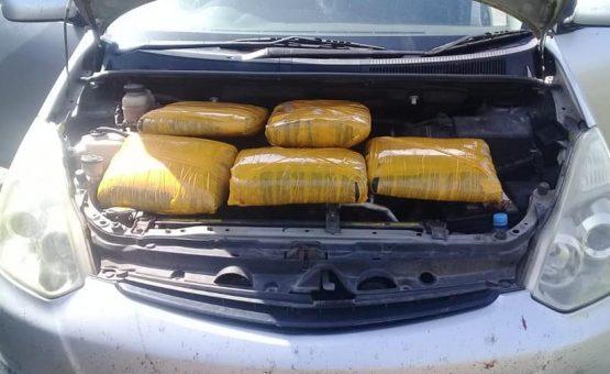 Taxista foi preso no Suriname com drogas escondidas no capô do carro