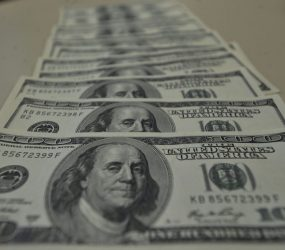 Dólar sobe e bate R$ 4,06, com risco à agenda de reformas e disputa entre EUA e China