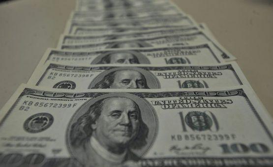 Dólar é negociado em queda, abaixo de R$ 3,80