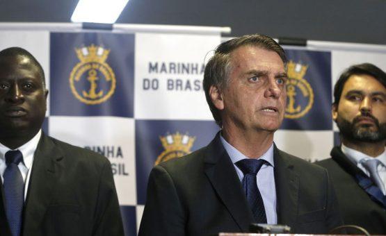 Bolsonaro passará o Natal na Marambaia e publica fotos lavando roupa