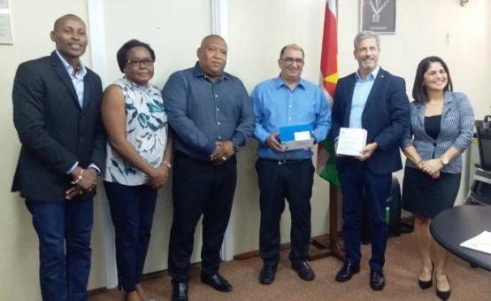 Brasil faz nova doação de preservativos e testes orais HIV-aids para o Ministério da Saúde do Suriname