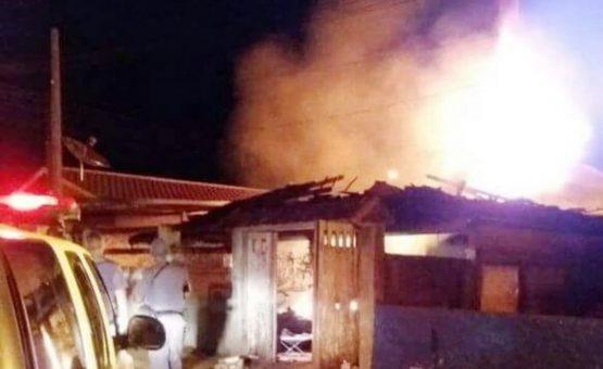 Mulher é presa após atear fogo no companheiro e incêndio destruir casa em São José