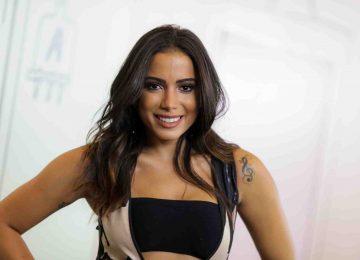 Anitta surge com looks ousados em bastidores de clipe gravado em Salvador.