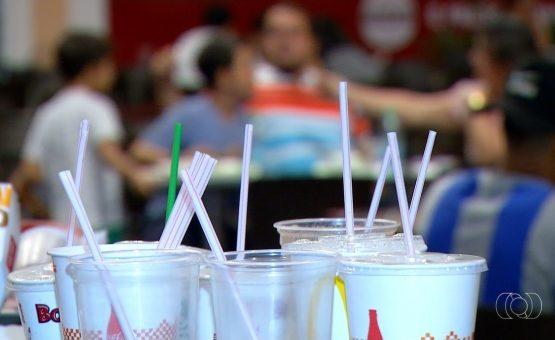 Ibaneis sanciona lei que proíbe canudos e copos de plástico no DF