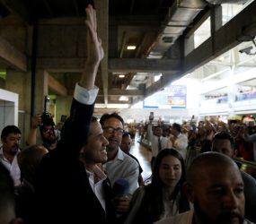 Guaidó volta à Venezuela e discursa em Caracas: 'Vamos com tudo até conseguir a liberdade do nosso país'
