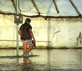 Paraense aproveita alagamento para pescar dentro de casa. Veja o vídeo!