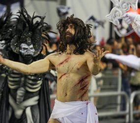 Escola de samba Gaviões, querendo mostrar satanás vencendo Jesus e gera revolta nas redes sociais
