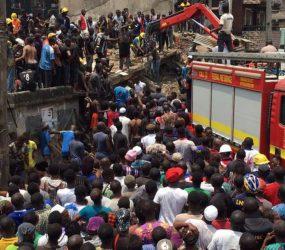 Escola desaba e deixa 100 crianças soterradas na Nigéria