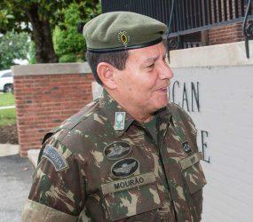 O que Bolsonaro não quer falar, eu falo, afirma general Mourão