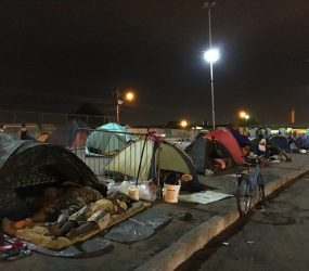 Após ocuparem praças de RR, venezuelanos são proibidos de acampar durante o dia