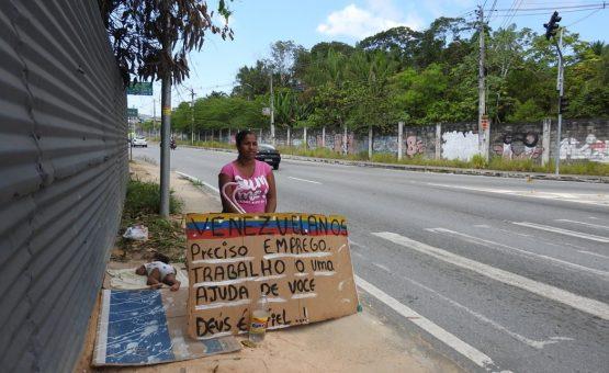 Venezuelanos usam canteiro de avenida como abrigo
