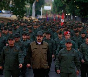 Para mostrar apoio das Forças Armadas, Maduro marcha com militares