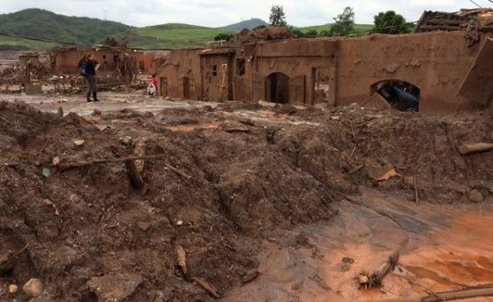 Atingidos por desastre em Mariana recebem dinheiro de doações