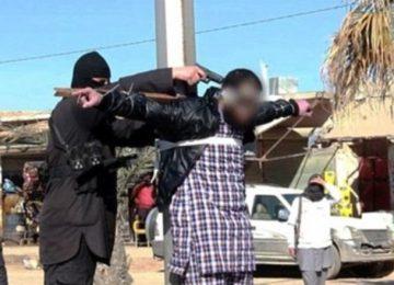 Terroristas do Estado Islâmico crucificam e atiram na cabeça de vítimas enquanto são expulsos na Síria
