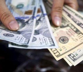 Dólar termina semana em queda, mas ainda acima de R$ 4